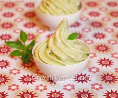 Crema de helado de pepino y albahaca