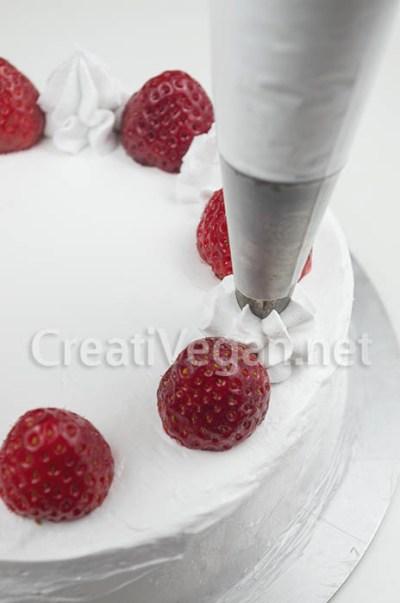 Tarta de fresas con nata vegana en proceso