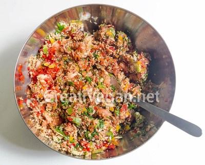 Mezclando ingredientes para hacer lahmacun vegano