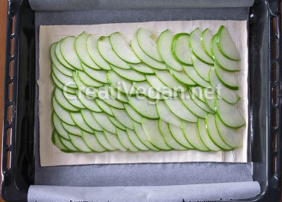 Colocando la manzana sobre el hojaldre