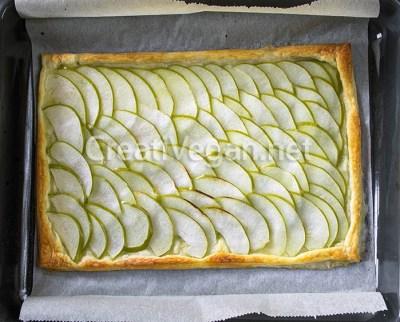 Tarta de manzana verde recién horneada