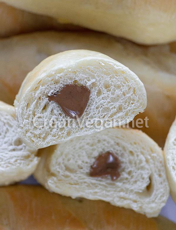 Bollitos de nata veganos rellenos de crema de cacao con avellana
