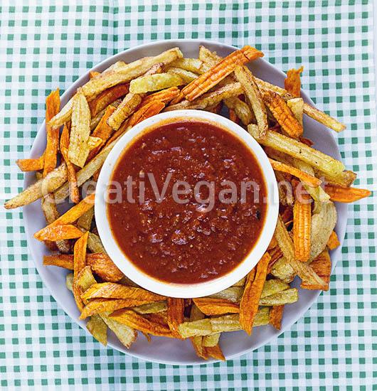 Patatas y boniatos fritos con salsa de tomate y pimiento
