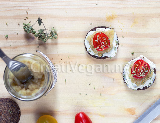 Mini tostas de centeno con labneh, mermelada de ajo y tomate