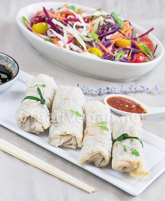 Rollitos de verduras hechos con obleas de arroz caseras
