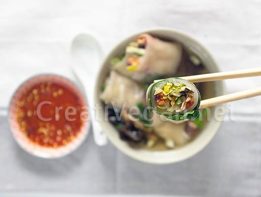 Rollitos de verduras hechos con obleas de arroz caseras, con caldo