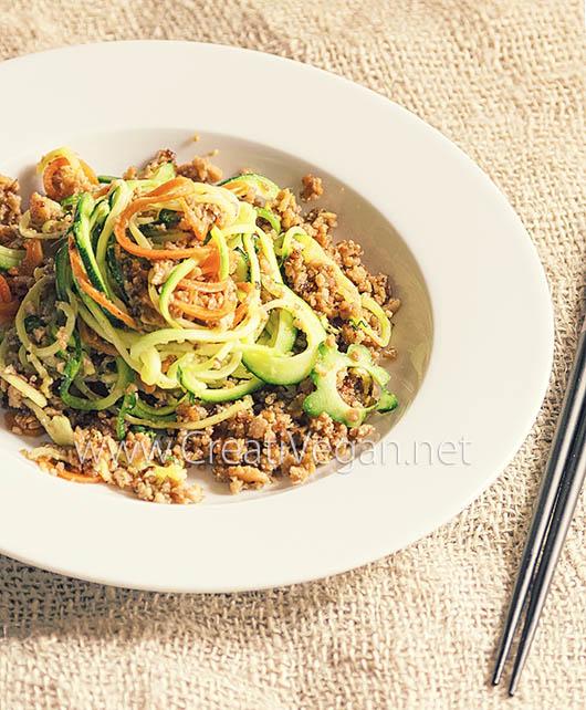 Noodles de calabacín y zanahoria con soja texturizada