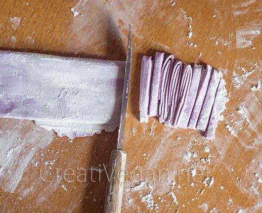Cortando noodles de boniato morado y arroz - CreatiVegan.net