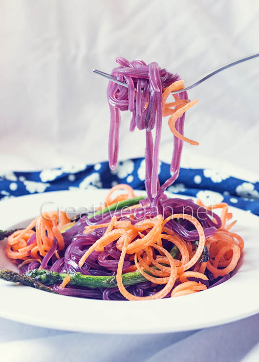 Noodles de boniato morado con zanahoria y espárragos - CreatiVegan.net