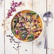 Curry de garbanzos, okra y acelgas rojas