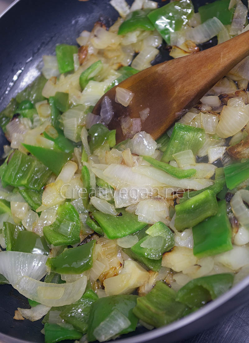 Preparación de pisto casero: cebolla y pimiento verde