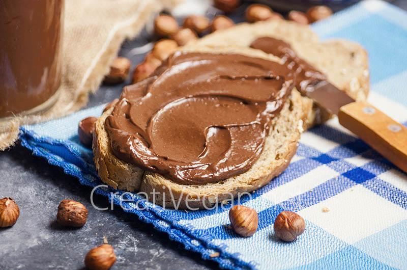 Crema de chocolate con avellanas untada en pan - CreatiVegan.net