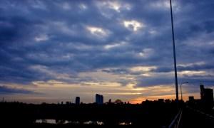 空と雲が作り出す朝の情景
