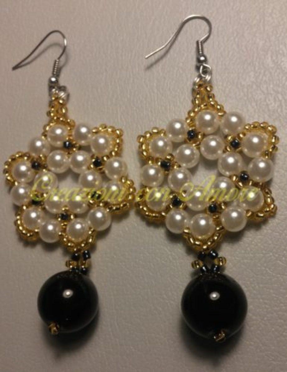 Orecchini a forma esagonale e rifiniture con piccole perline dorate