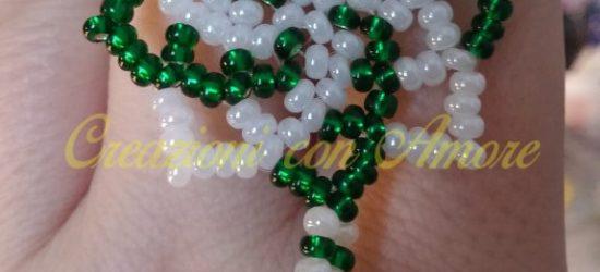 Orecchini Mandala perline bianche e verdi con pendente verde