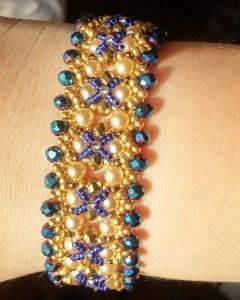 Bracciale dorato perle bianche e perle blu