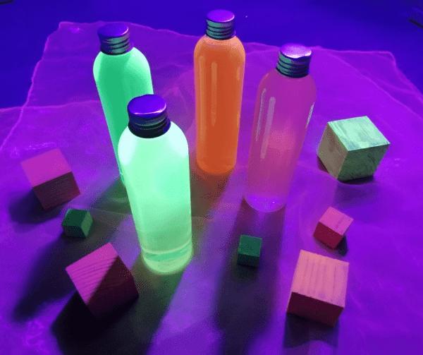 Botellas sensoriales luz negra creciendo y criando