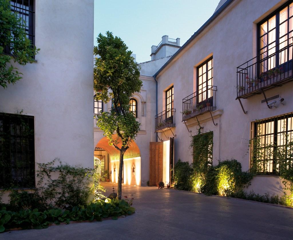 Sfeervolle patio van Hospes Palacio del Bailío - Crema Catalana - blog over reizen, beleven, eten en logeren in Spanje