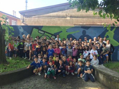 il Sindaco Gianluca Galimberti ha incontrato bambine, bambini e insegnanti della primaria Boschetto per conoscere e farsi raccontare il progetto del murale che stanno realizzando