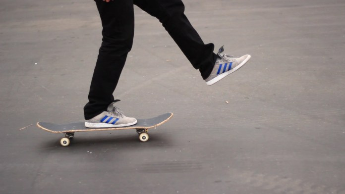 Ragazzo in skateboard