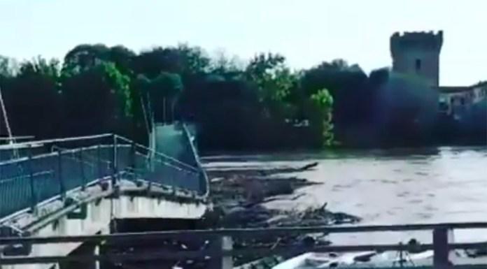 Il momento del crollo del ponte pedonle di Pizzighettone
