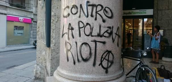 una scritta degli anarchici contro la polizia