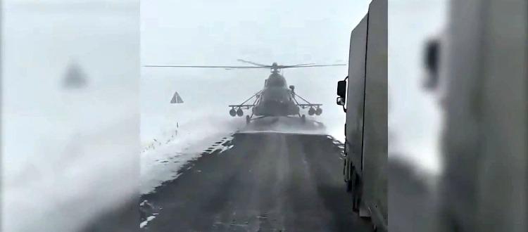 Πιλότος ελικοπτέρου σταματά για οδηγίες