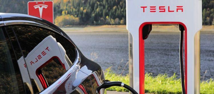 Με τέρμα γκάζι η Tesla