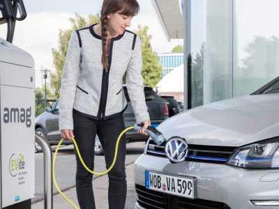 Η Μέρκελ θέλει να γεμίσει την Γερμανία με ηλεκτροκίνητα