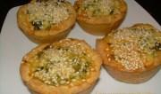 Αλμυρά ατομικά ταρτάκια με ξινομυζήθρα και άγρια χόρτα (ή σπανάκι)