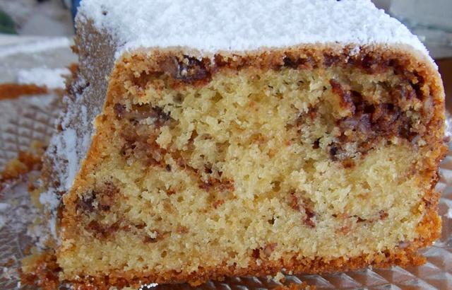 Κέικ με κανέλα και καρύδια στη μέση