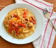 Μακαρονάδα με σάλτσα τόνου ή άλλου ψαρικούκαι πολύχρωμες πιπεριές
