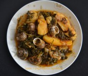 Το γιαχνάκι: γιαχνερά χόρτα με πατάτες και με ή χωρίς χοχλιούς