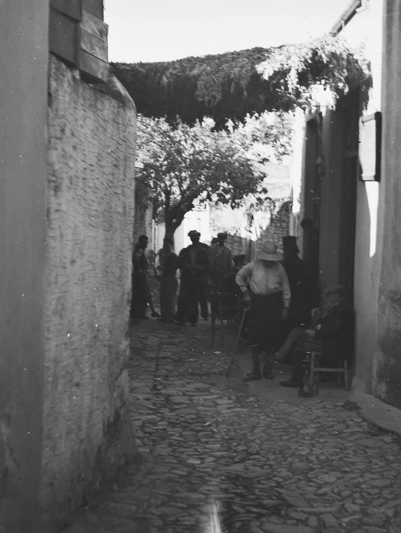 Κρήτη 1941. Στην περιοχή Καστέλι. Άνδρες σε σοκάκι έξω από το καφενείο