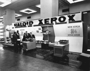 xerox 914 trade show 300x237 Xerox, la primera fotocopiadora de la historia
