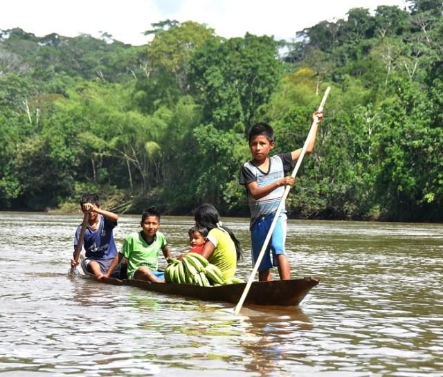 Foto: Radio Marañón / Ronar Espinoza, niños navegando en el rio Cenepa