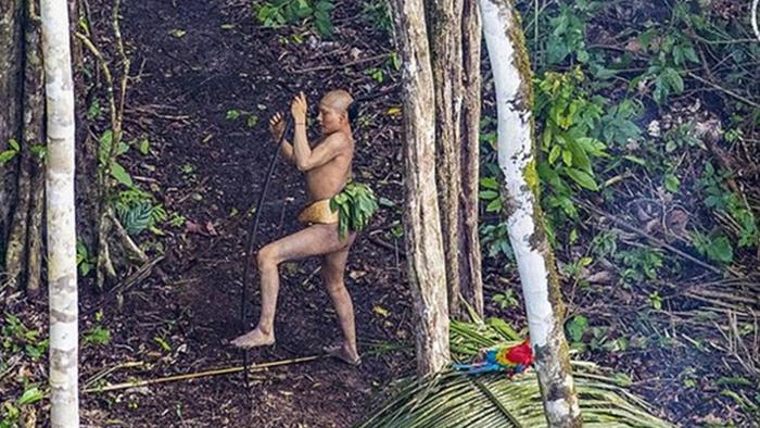 Stucker, que fue el fotógrafo oficial de la Presidencia brasileña durante los dos mandatos de Luiz Inácio Lula da Silva, afirmó que viajaba en helicóptero hacia una aldea en Acre para tomar fotografías para un libro sobre comunidades indígenas cuando, por un supuesto desvío de la aeronave por problemas meteorológicos, divisó la comunidad. | Fuente: RICARDO STUCKERT