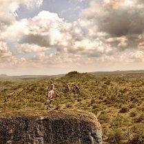 Un guerrero samburu en la sabana de Kenia, en 2013. Esta es la fotografía que ilustra la portada del calendario. Los samburu son una tribu de Kenia que habita en el distrito de Laikipia desde hace cientos de años. Desde 2011, se enfrentan a una brutal violencia después de que ONG en defensa de la vida salvaje acordaran la compra de sus tierras. Poco después, la policía keniata inició una serie de expulsiones forzosas de la tribu, prendiendo fuego a sus aldeas, robando y matando a sus animales y asaltando a hombres, mujeres y niños, según denunció Survival International en diversos informes que documentaban los hechos. Hoy, la lucha por la devolución de sus tierras aún continúa. TIMO HEINY SURVIVAL INTERNATIONAL