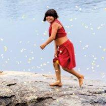 Una mujer araweté, Brasil, sonríe envuelta en mariposas, en 2012. El araweté es un pueblo indígena de Brasil. Son un pueblo tupí-guaraní de cazadores y agricultores del bosque de tierra firme y en 2014 quedaban unos 467, según el Gobierno de Brasil. ALICE KOHLER SURVIVAL INTERNATIONAL