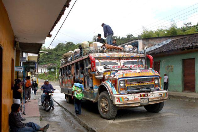 Imagen de una chiva, vehículo de transporte local. Foto: Cric