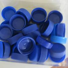 tappi di plastica per creare esempi delle lettere in braille
