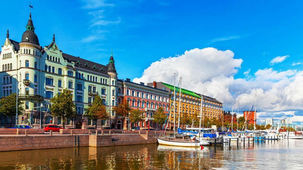 Finlandia distribuye a refugiados tarjetas de pago e identidad que utilizan blockchain