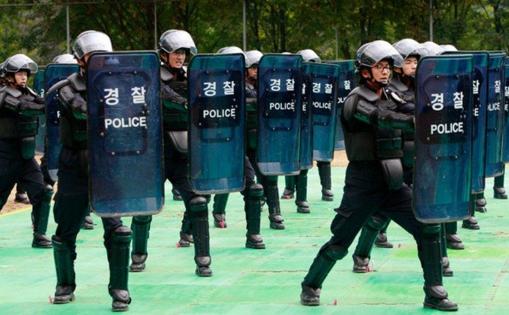 Allanan tres casas de cambio de criptomonedas en Corea del Sur por presunta malversación de fondos