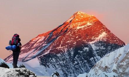 Escalador se extravía en pauta publicitaria de criptoactivo en el monte Everest