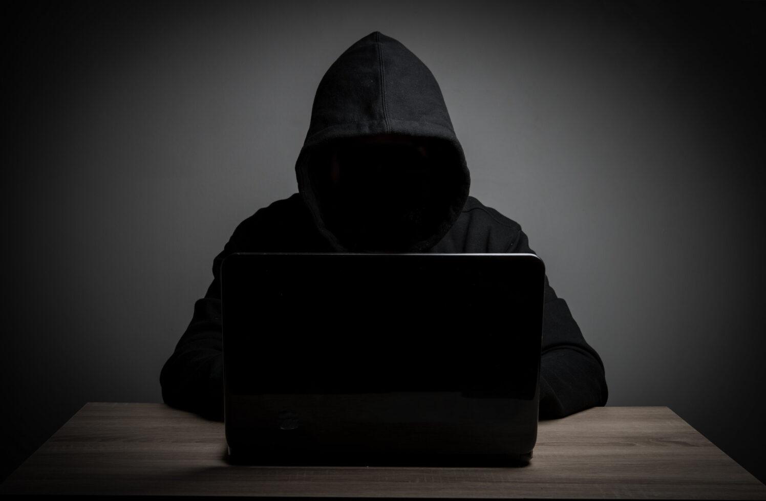 Tras ejecutar el mayor ataque a un protocolo DeFi robando más de 600 millones de dólares a Poly Network, el hacker ahora está regresando los fondos