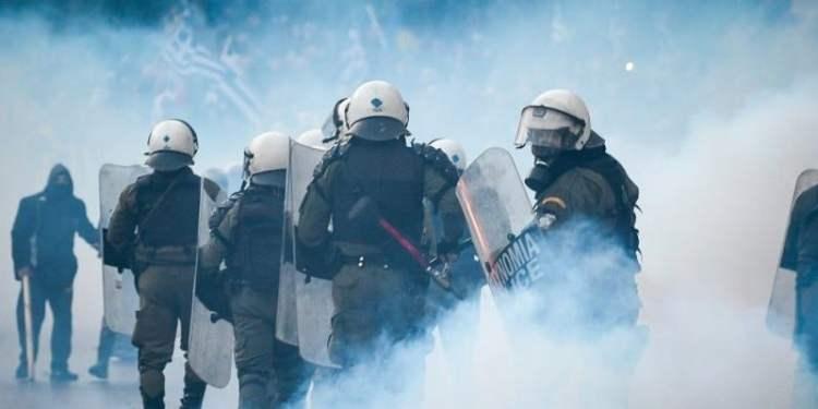 Κάτοικοι περικύκλωσαν τα ΜΑΤ στη Λέσβο, διαπραγματεύσεις για ασφαλή αποχώρηση 24