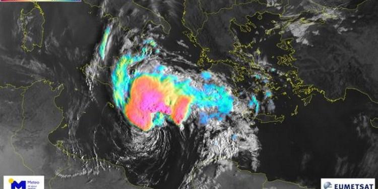 """Δορυφορική εικόνα του Ευρωπαϊκού μετεωρολογικού δορυφόρου """"Meteosat-11"""" της Ευρωπαϊκής Οργάνωσης για την Εκμετάλλευση των Μετεωρολογικών Δορυφόρων (EUMETSAT) την Τετάρτη 16/09/2020 στις 08:55. τοπική ώρα, επεξεργασμένη από το Εθνικό Αστεροσκοπείο Αθηνών / meteo.gr. Με κόκκινες αποχρώσεις οι κορυφές των νεφών με θερμοκρασίες κάτω από -50 βαθμούς Κελσίου."""
