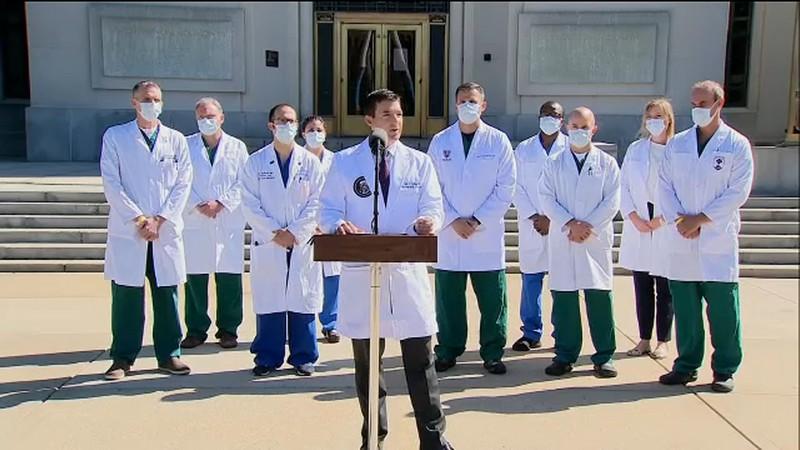 Οι γιατροί του Ντόναλντ Τραμπ κατά τη διάρκεια συνέντευξης Τύπου για την κατάσταση της υγείας του