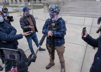 Ένοπλοι διαδηλωτές στο Μίσιγκαν