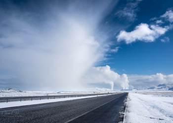 Η φωτογραφία εξωφύλλο του άρθρου είναι το Dean Gill και η λήψη έγινε στην Ισλανδία το 2015 κατά την παραγωγή τεχνητού χιονιού (όχι βιομηχανικού) κοντά στο εργοστάσιο παραγωγής ενέργειας από γεωθερμία στοSelfoss.